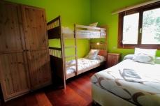 Habitación con literas y cama de 90cms